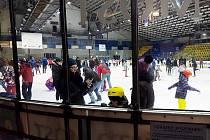 Úterní bruslení na mosteckém zimním stadionu.