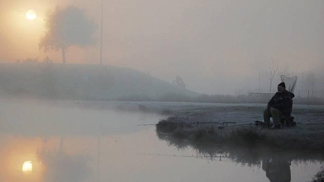 Tady byla kdysi šachta. Rybaření v mrazu na Benediktu v Mostě.