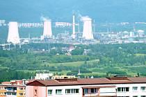 Chemický závod v Záluží z pohledu od Mostu.