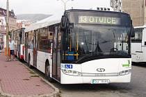 Jeden z autobusů chomutovského dopravního podniku.