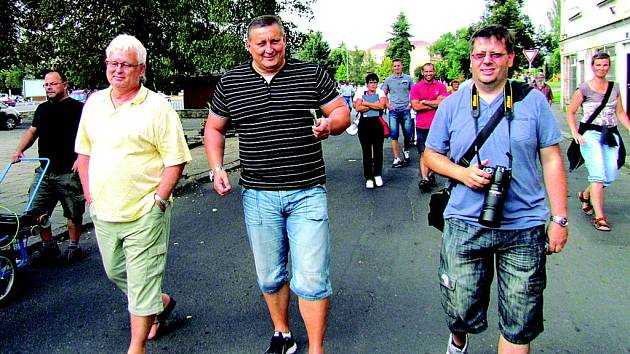 Martin Klika (uprostřed) v Duchcově.