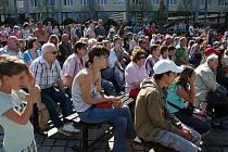 Na mosteckém Prvním náměstí přihlížely rekordmanům stovky lidí.