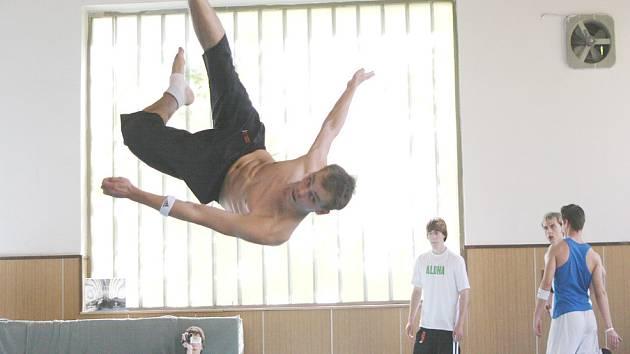 Zdeněk Nejedlý cvičí disciplínu freestyle.