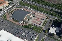 Tady, na parkovišti u zimního stadionu v Mostě, bude ve středu 6. října volební stanoviště pro lidi v karanténě.