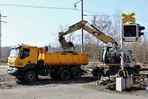 Práce na železničním přejezdu v Louce u Litvínova