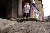 Zničený chodník na Skupovce.