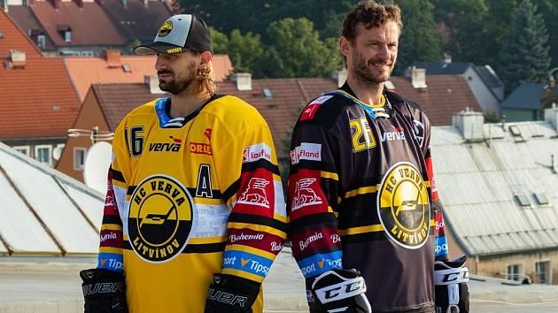 Do nové sezony v nových dresech. Vlevo venkovní varianta v podání Františka Lukeše, vpravo prezentuje domácí úbor Viktor Hübl.