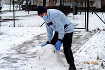 Pan Jiří z Domova pro seniory ve Wolkerově ulici v Mostě projevil zájem postavit sněhuláka.