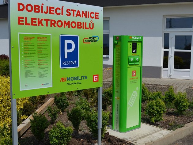 Dobíjecí stanice elektromobilů na mosteckém autodromu.