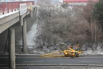 Jeřáb a betonová zátěž vypadla z nákladního auta u mosteckého nádraží.