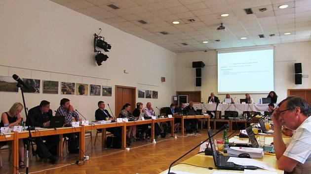 Litvínovští zastupitelé na svém červnovém zasedání.