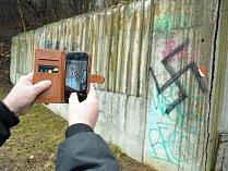V mosteckém parku Šibeník někdo počmáral městský mobiliář, objevily se i symboly německého nacismu.