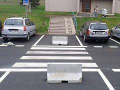 Na sídlišti Výsluní v Mostě jsou nově vyznačená parkovací místa, objevil se i přechod s bariérou.