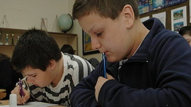 Žáci při řešení matematických úkolů  v okresním kole matematické olympiády.