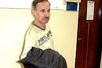 Obžalovaný před soudní síní.