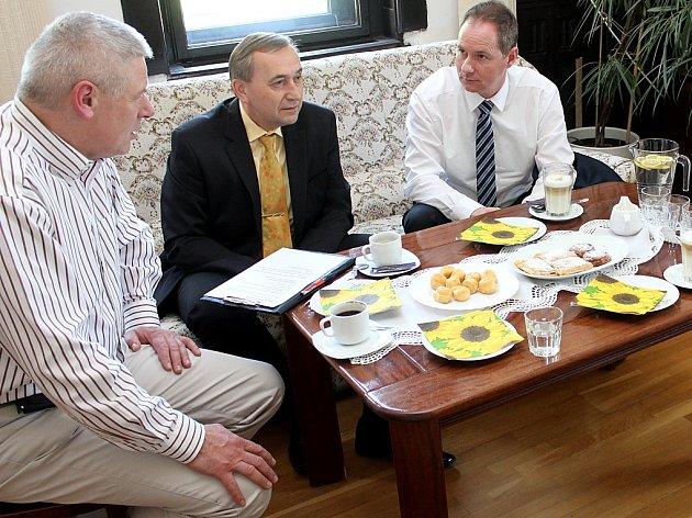 Starosta Litvínova Milan Šťovíček, Vladimír Pacina ze Scholy Humanitas a místopředseda sněmovny Petr Gazdík.