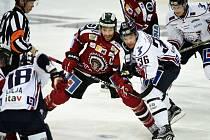 Joel Lundqvist (na snímku v červeném dresu) je největší hvězda Frölundy.