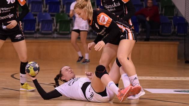 Adéla Stříšková (v černém) v dorosteneckém zápase s Ivančicemi.