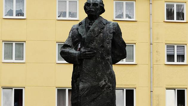 Socha komunistického politika a revolucionáře G. Dimitrova (1882-1949) u 7.ZŠ v Mostě.