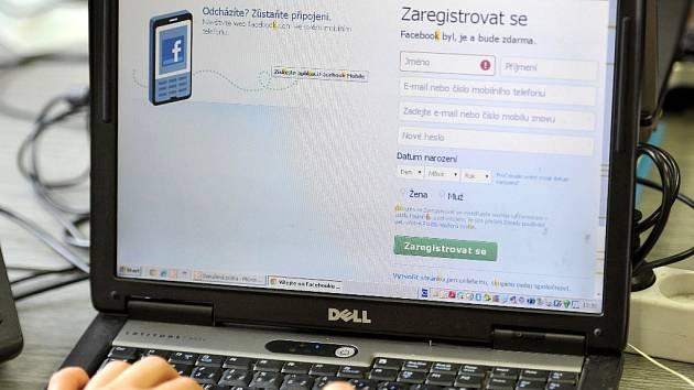 Mladík zneužil internet k nebezpečnému vyhrožování.