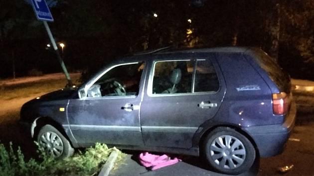 Odbrzděné auto v Obrnicích narazilo do dopravní značky