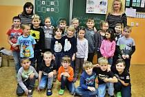 Žáci 1.B v 10. ZŠ Most s třídní učitelkou Šárkou Schönovou (vpravo) a asistentkou pedagoga Šárkou Egermaierovou.