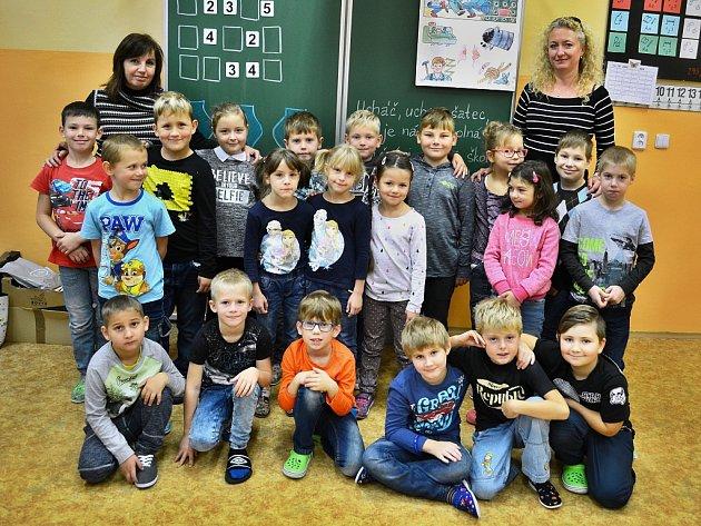 Žáci 1.B v10. ZŠ Most střídní učitelkou Šárkou Schönovou (vpravo) a asistentkou pedagoga Šárkou Egermaierovou.