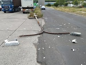Couvající náklaďák srazil lampu veřejného osvětlení