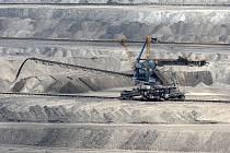Povrchová těžba hnědého uhlí na Mostecku.
