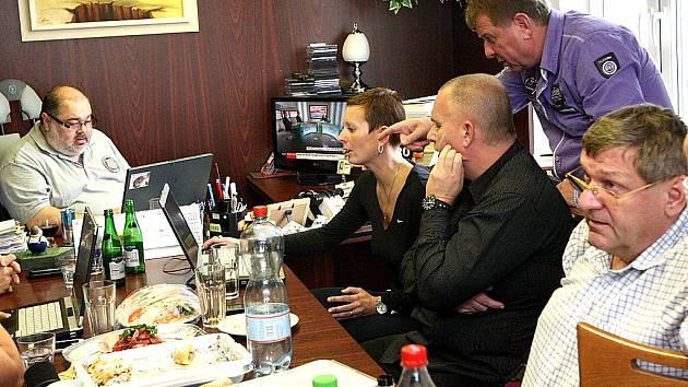 Volební štáb Severočechů.cz. Vlevo předseda hnutí František Ryba, u stolu dále sedí Kateřina Schwarzová, Bronislav Schwarz a volební lídr Jiří Zelenka.