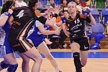 Mostecká Markéta Jeřábková (vpravo) v posledním zápase základní části se Šalou. Teď jí a její tým čeká play off s Porubou.