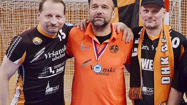 Mostecký trenér Peter Dávid chce ke druhému místu v interlize přidat i český titul. Na snímku s fanoušky Černých andělů.
