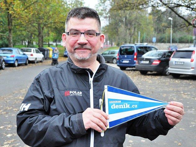 Martin Brádek odcestuje i s vlaječkou Mosteckého deníku.