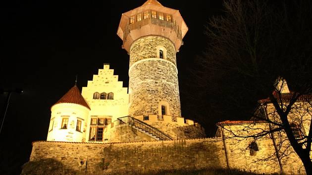 Nově nasvícený mostecký hrad Hněvín.