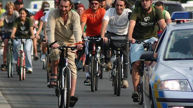 Cyklisté se v úterý odpoledne vydali na jízdu Mostem. Chtěli upozornit na alternativní způsoby dopravy.