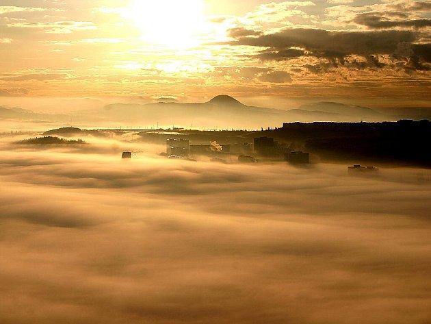 Most a okolní krajina v ranní mlze pohledem z Hněvína.