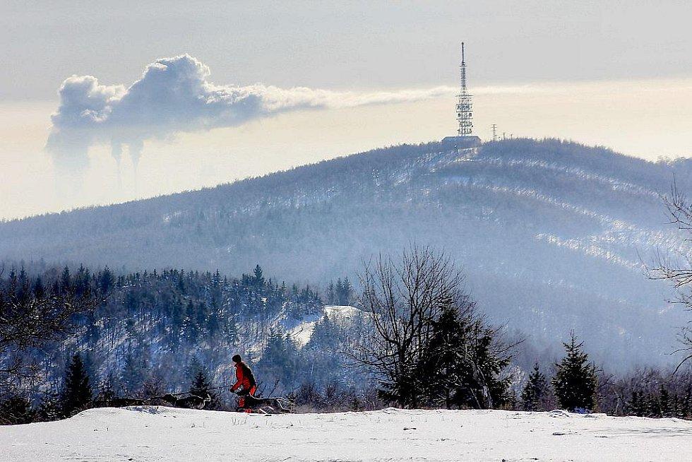 Inverzní poklice viděná objektivem z vrcholků Krušných hor. Pohled z Lesné přes Jedlovou horu na kouř z počeradské elektrárny.