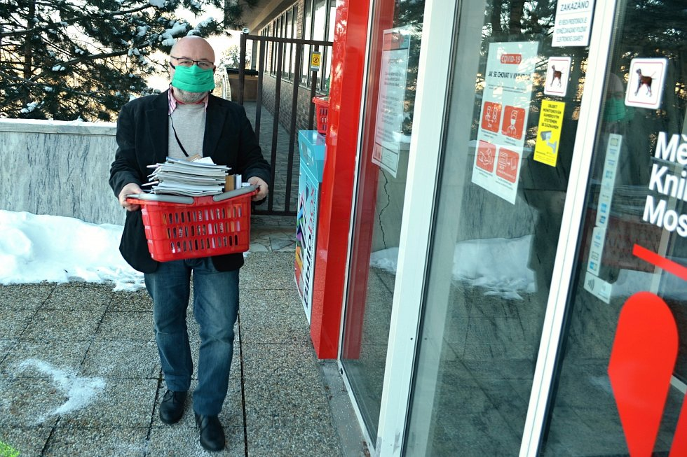 Ředitel Městské knihovny v Mostě Petr Petrik odnáší knihy z knihoboxu