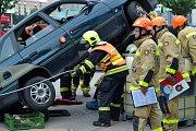 Soutěž hasičů ve vyprošťování v Mostě. Na snímku je v akci družstvo hasičů ze Žatce
