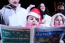 Zpívání koled s Deníkem v centru Mostu.
