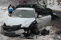 Na zledovatělé vozovce při nehodě dvou aut bylo zraněno malé dítě