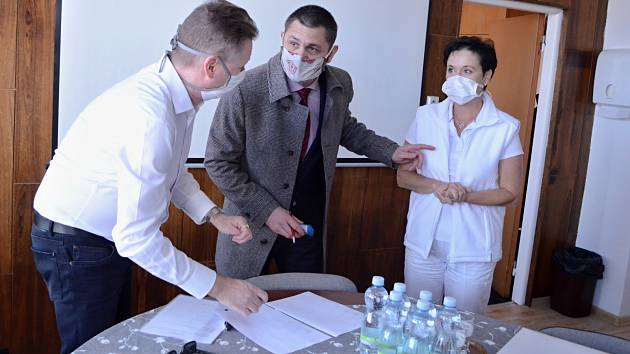 Dvanáct tisíc ústenek dostala ve středu 25. března mostecká nemocnice