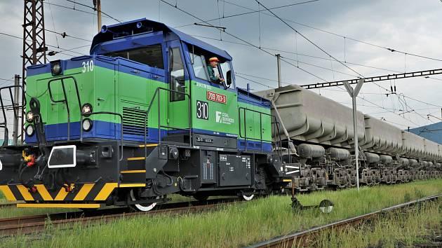 Lokomotiva typu 709.7 vozí uhlí mezi lomem Vršany a Elektrárnou Počerady.