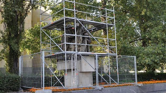 Památník rudoarmějců obklopuje lešení.