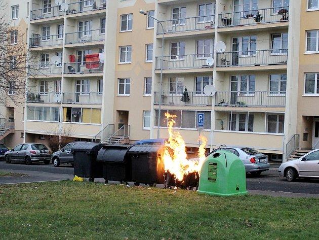 Na druhý vánoční svátek, 26.prosince, zachvátily plameny kolem osmé hodiny ranní kontejner na odpadky vmostecké ulici K. H. Máchy.