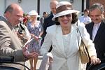 Manželka prezidenta republiky Livia Klausová vystupuje v doprovodu ředitele hipodromu a primátora Mostu z kočáru.