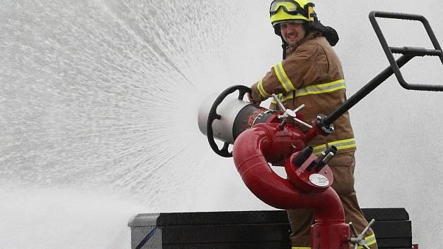 Hasiči z Chemopetrolu Litvínov předvedli speciální techniku pro hašení ropného požáru.