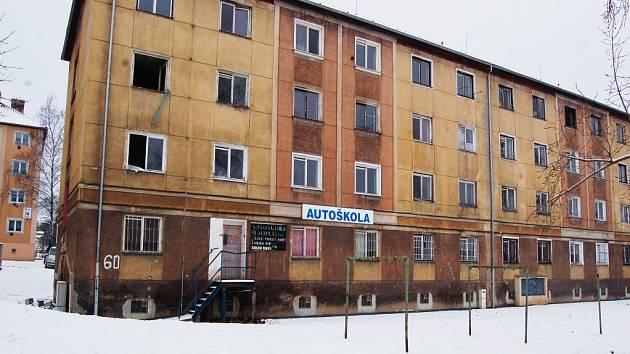 Opuštěný blok 60, kde budou po opravě bydlet senioři s demencí.