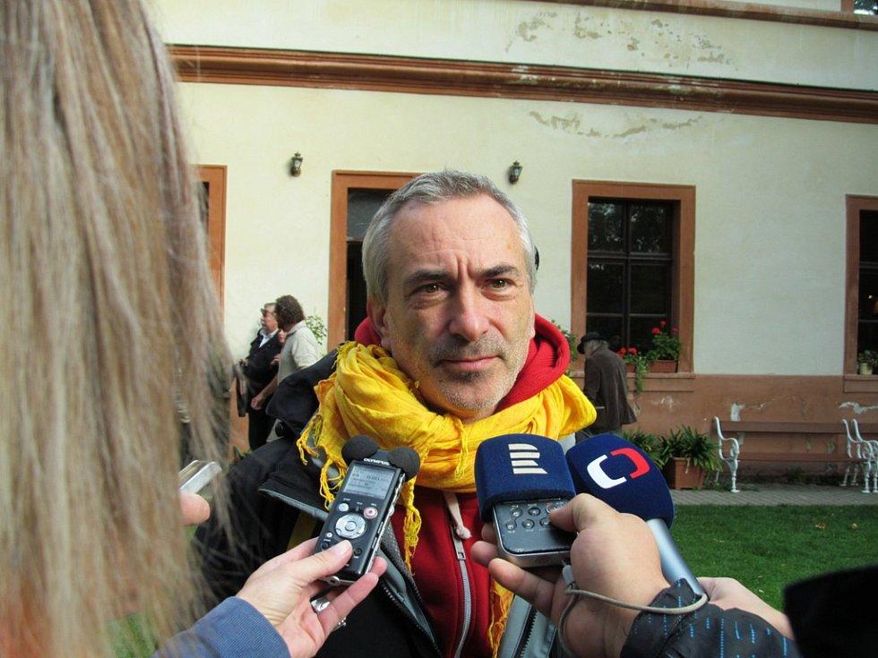 Herec Petr Vacek při rozhovoru s novináři.