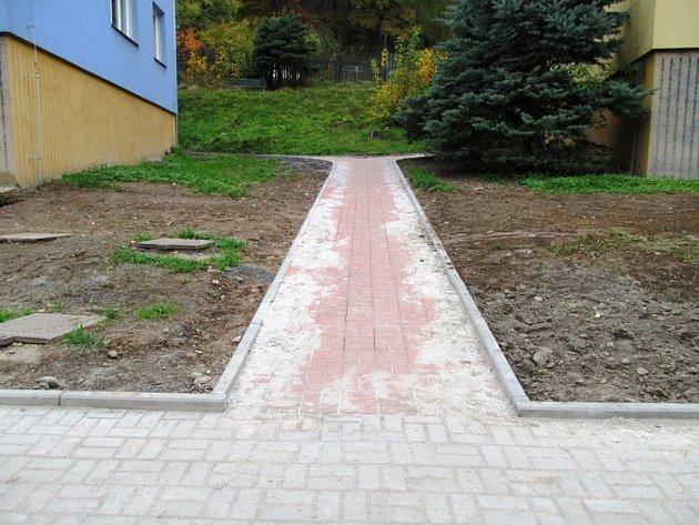 Včásti ulice už jsou chodníky hotové.
